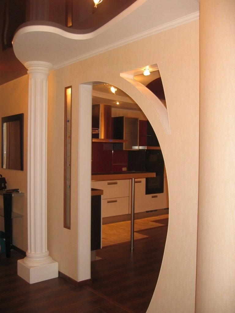 арка между залом и прихожей фото отметил