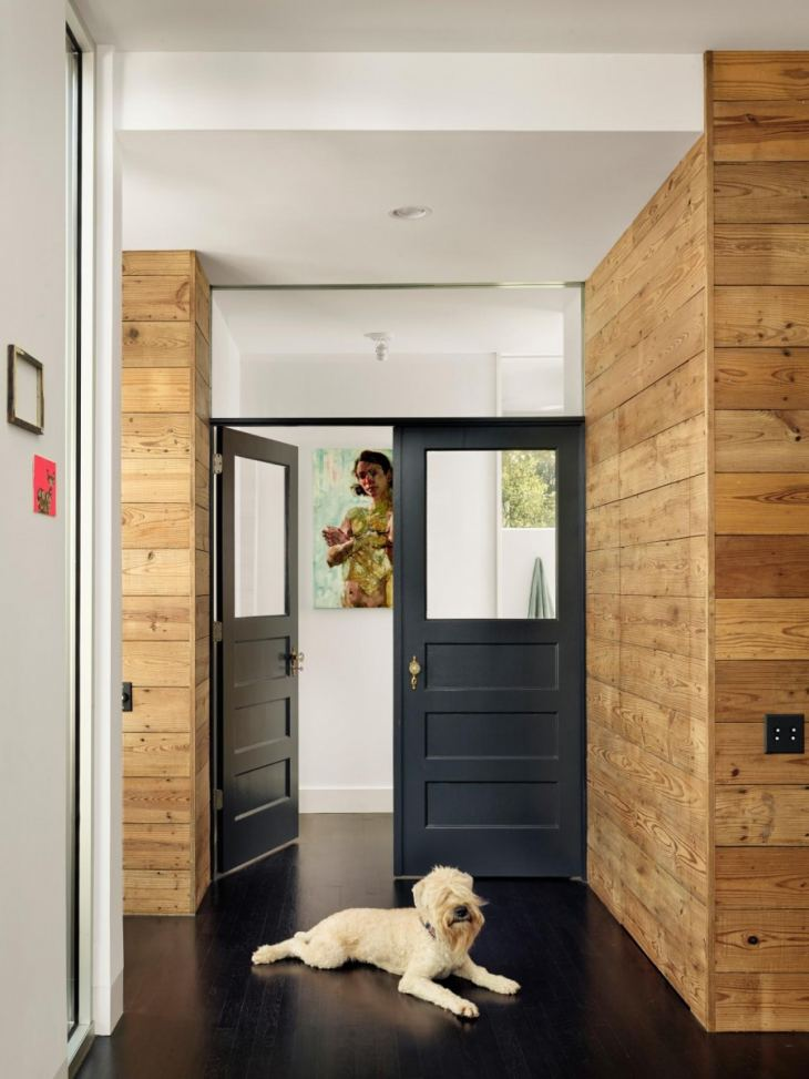 Коридор, разделенный дверями: как грамотно обыграть пространство