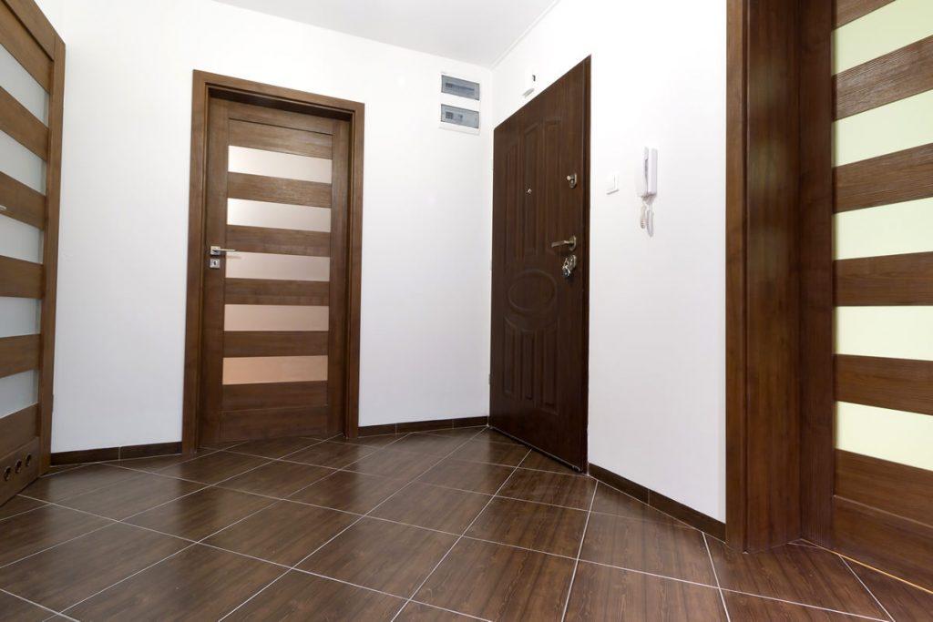 межкомнатные двери сочетание межкомнатных дверей и пола фото несколько